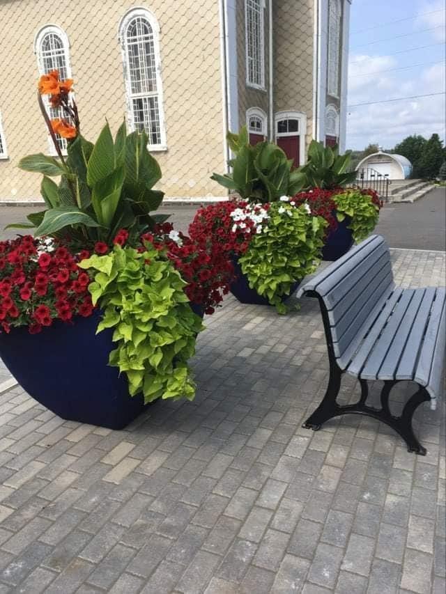 Pot fleurs église 2021 (Auteur : Josée Ouellet)