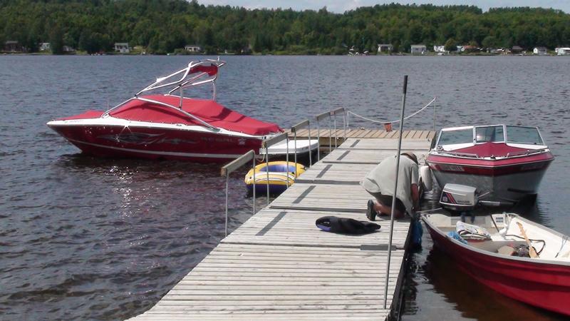 Camping 2009 - Bateaux à moteur au quai